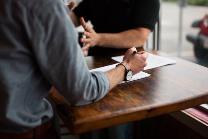Ein Berater berät einen Kunden